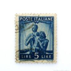 Sellos: SELLO POSTAL ITALIA 1945, 5 LIRA, FAMILIA Y BALANZA DE JUSTICIA,DEMOCRACIA,MARCA DE AGUA INVERTIDA !. Lote 251589335