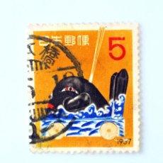 Sellos: SELLO POSTAL JAPÓN 1956, 5 YEN,SALUDO DE AÑO NUEVO:JUGUETE FOLKLÓRICO BALLENA DANJIRI-NAGASAKI,USADO. Lote 246290725