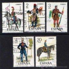 Sellos: ESPAÑA: 1977 - UNIFORMES MILITARES (VII SERIE) EDIFIL N.2381/2385 EN USADO. Lote 45669649