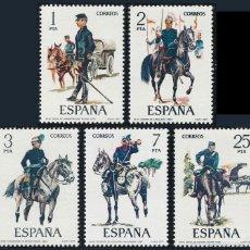 Sellos: ESPAÑA SERIE COMPLETA UNIFORMES MILITARES AÑO 1977 Nº 2423/2427 EDIFIL. Lote 203873693