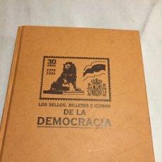 Sellos: ANTIGUO LIBRO / ALBÚM LOS SELLOS BILLETES E ICONOS DE LA DEMOCRACIA AÑOS 2008 . Lote 188687820