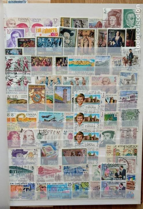 LOTE. ÁLBUM CON MÁS DE 500 SELLOS DE ESPAÑA USADOS. VER FOTOGRAFÍAS (Sellos - España - Juan Carlos I - Desde 1.975 a 1.985 - Usados)