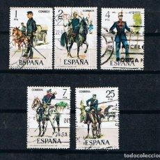 Sellos: EDIFIL 2423/27 UNIFORMES HISTÓRICOS DEL EJÉRCITO ESPAÑOL -SELLOS USADOS ESPAÑA 1977. Lote 157821238