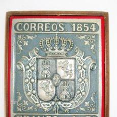 Sellos: CUADRO ANTIGUO METAL TROQUELADO CORREOS 1854 FRANCO 1 REAL METAL MADERA SELLO FILATELIAS. Lote 48952170