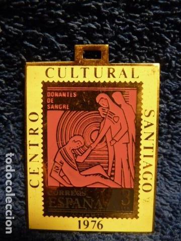 MEDALLA CENTRO CULTURAL SANTIAGO 1976 FILATELIA (Sellos - Material Filatélico - Otros)