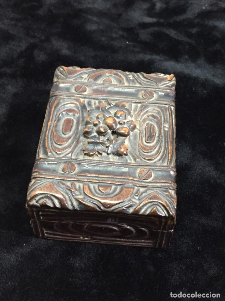Sellos: Antigua Caja estuche de escritorio para sellos ppios. siglo XX madera tallada compartimentos 6,5x5cm - Foto 2 - 201369910