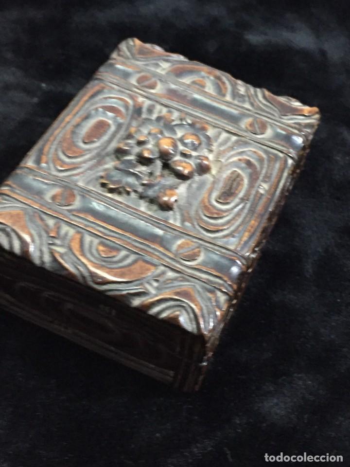 Sellos: Antigua Caja estuche de escritorio para sellos ppios. siglo XX madera tallada compartimentos 6,5x5cm - Foto 10 - 201369910