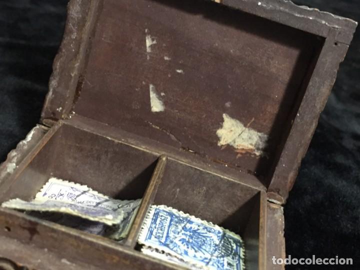Sellos: Antigua Caja estuche de escritorio para sellos ppios. siglo XX madera tallada compartimentos 6,5x5cm - Foto 11 - 201369910