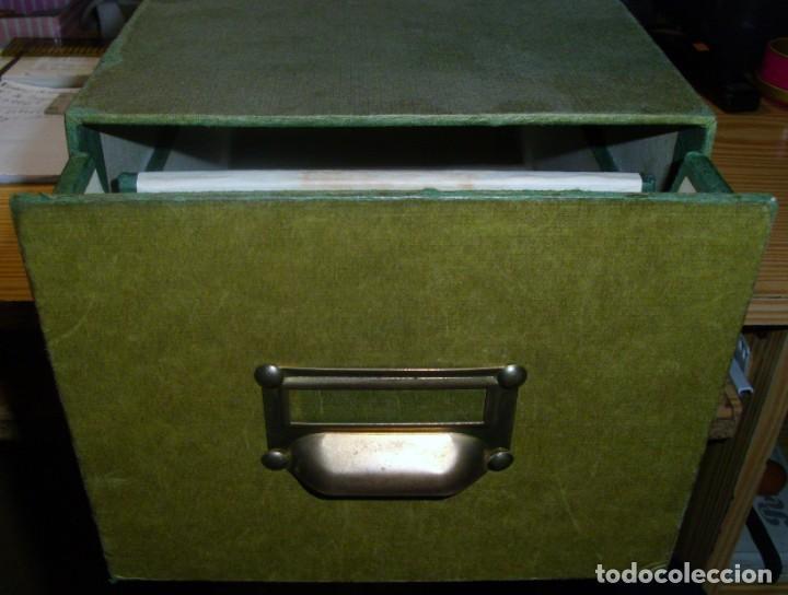 ARCHIVADOR DE CARTÓN FORRADO PARA TARJETAS POSTALES (ANCHO: 17,5) (ALTO: 14) (FONDO: 36 CM) USADO (Sellos - Material Filatélico - Otros)