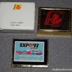 Sellos: SEVILLA EXPO 92 SELLO METALICO 20 PTS EN FORMATO PIN CAJA OFICIAL DE CORREOS-02. Lote 233902665