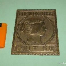 Francobolli: PLACA BRONCE 112 X 90 MM SELLO 6 REALES ESPAÑA 1853 PISAPAPELES ? RESTOS DE ADHESIVO AL DORSO. Lote 290859498