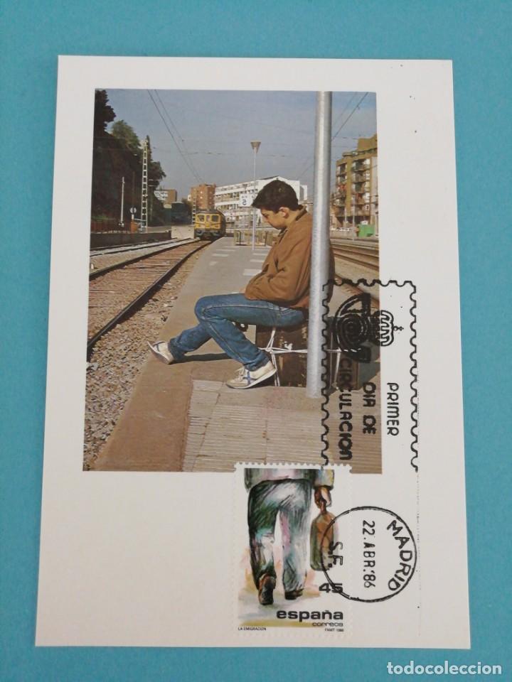 TARJETA CON SELLO, LA EMIGRACIÓN. PRIMER DÍA DE CIRCULACIÓN. AÑO 86 (Sellos - España - Tarjetas Máximas )