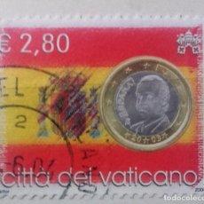 Sellos: VATICANO 2004, SELLO CON BANDERA Y MONEDA DE ESPAÑA . Lote 96017643