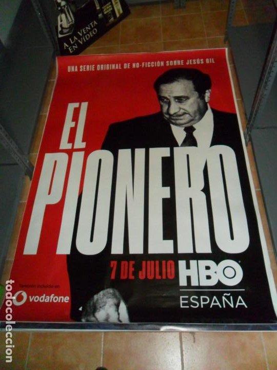 EL PIONERO, JESÚS GIL. ATLÉTICO DE MADRID. HBO. 175X118 CMS. (Cine - Posters y Carteles - Series TV)