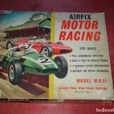 Slot Cars: CAJA CIRCUITO MOTOR RACING DE AIRFIX CON COOPER Y FERRARI ESCALA 1/32 IGUAL A SCALEXTRIC - AÑO 1960S. Lote 106960487