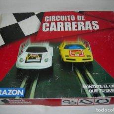 Slot Cars: CIRCUITO DE CARRERAS DE LA RAZÓN CON 5 COCHES FUNCIONANDO Y 3 MANDOS - TIPO SCALEXTRIC -. Lote 135071258