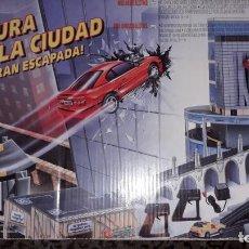 Slot Cars: AVENTURA EN LA CIUDAD LA GRAN ESCAPADA DE FAMOPLAY, JUGUETE ANTIGUO, PISTA DE COCHES . Lote 145291414