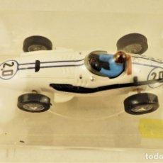 Slot Cars: SLOT CARTRIX MASERATI 250 F Nº 20 BOB DRAKE + PEANA EXPOSITORA. Lote 198227788