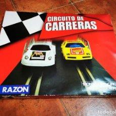 Slot Cars: CIRCUITO DE CARRERAS LA RAZON ESPAÑA TIPO SCALEXTRIC SIN USO PISTAS Y COCHES SIN ABRIR. Lote 269158113