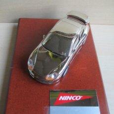 Slot Cars: PORSCHE 911 GT3 CROMADO, TROFEO EN BASE DE MADERA 100% ORIGINAL NINCO, NUEVO A ESTRENAR. Lote 87384080