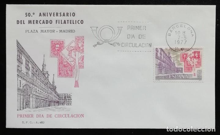 1977. SOBRE. SPD. 50 ANIVERSARIO MERCADO FILATÉLICO DE LA PLAZA MAYOR EN MADRID. CUÑO DE BARCELONA. (Sellos - Historia Postal - Sello Español - Sobres Primer Día y Matasellos Especiales)