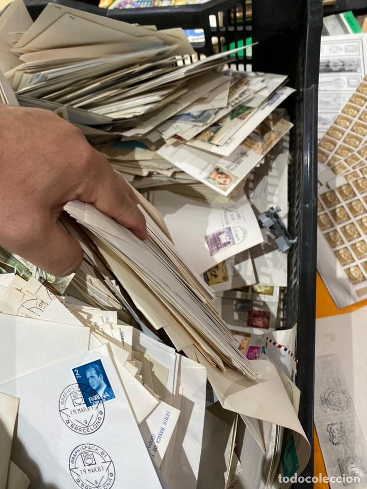 Sellos: Gran lote de sobres del primer dia antiguos y sellos - caja plástico grande llena - ver las imágenes - Foto 2 - 205269146