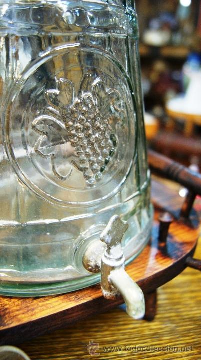 Barril con grifo y jarras de cristal en soporte comprar - Grifos de cristal ...