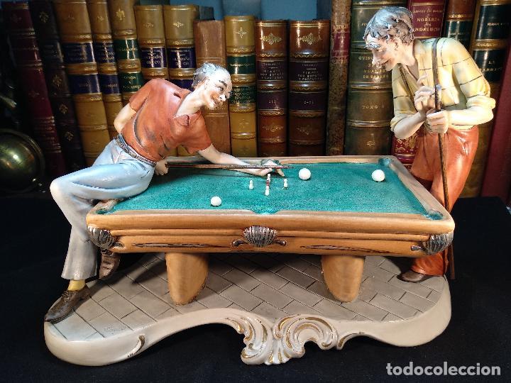 Figuras jugando al billar
