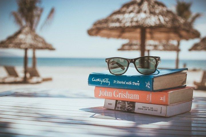 Libros, gafas de sol y playa.