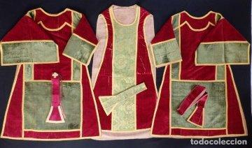 Casullas rojas de sacerdote