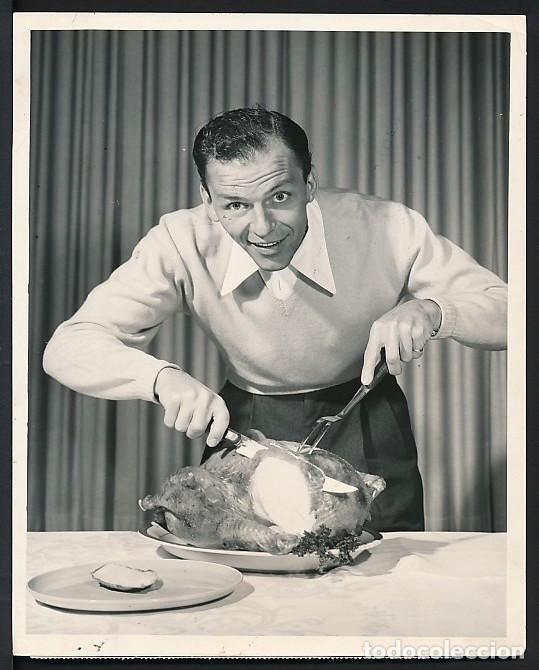Frank Sinatra trinchando un pavo
