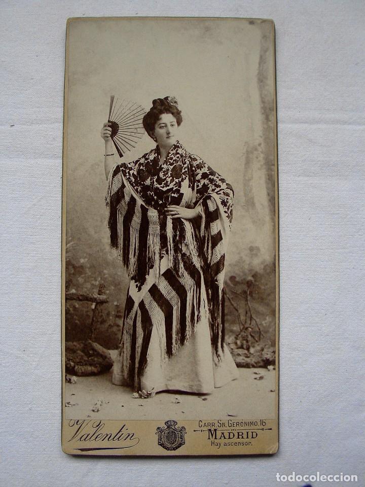 Postal de mujer con mantón de Manila