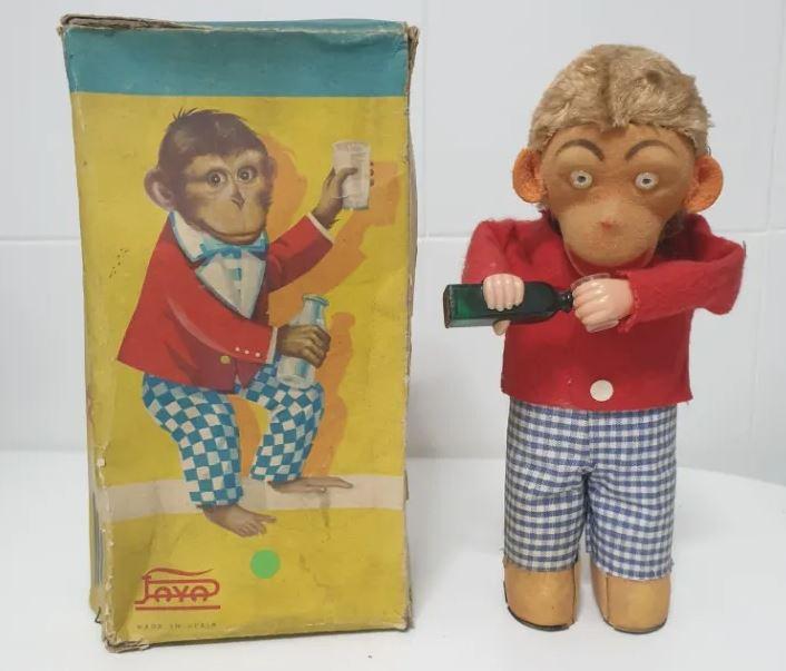 Juguete mono que bebe