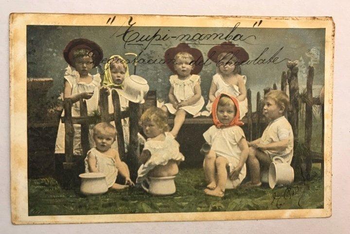 Postales de niños con orinales