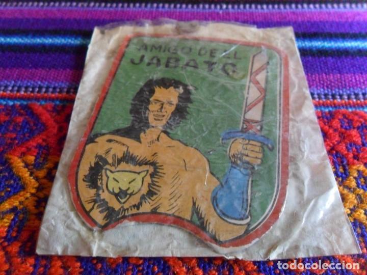 PLACA METÁLICA AMIGO DE EL JABATO EN SU SOBRE SIN USO. BRUGUERA 1958. RARA. (Tebeos y Comics - Bruguera - Jabato)