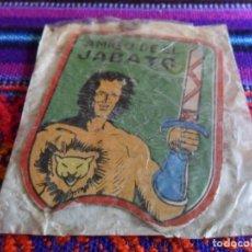 Tebeos: PLACA METÁLICA AMIGO DE EL JABATO EN SU SOBRE SIN USO. BRUGUERA 1958. RARA.. Lote 78234709