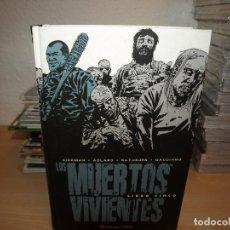 Tebeos: LOS MUERTOS VIVIENTES - LIBRO CINCO. TAPA DURA - PLANETA - COMO NUEVO. Lote 190631065