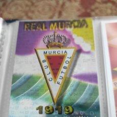 Trading Cards: REAL MURCIA MUNDICROMO LIGA 2012 2013 FICHA Nº 946 ESCUDO FONDO BRILLO LETRAS - ÚLTIMO. Lote 258112870