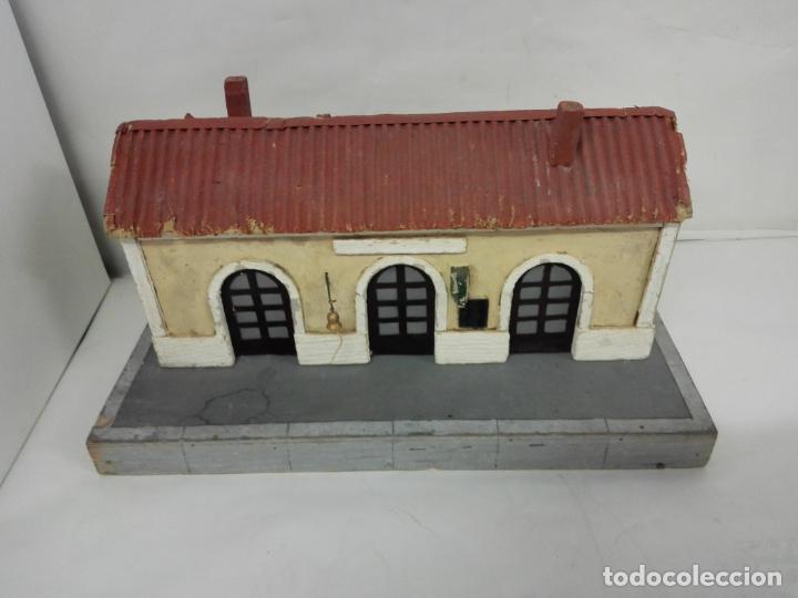 ESTACION DE TREN MANAMO AÑOS 40/50. ES DE MADERA Y TIENE LUZ INTERIOR (Juguetes - Trenes Escala 0)