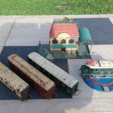 Trenes Escala: ANTIGUO CONJUNTO DE TREN CON MAQUINA TIPO COCODRILO, 3 VAGONES Y CASA ESTACIÓN ESCALA 0.. Lote 175354373