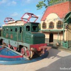 Trenes Escala: ANTIGUO CONJUNTO DE TREN CON MAQUINA TIPO COCODRILO, 3 VAGONES Y CASA ESTACIÓN ESCALA 0.. Lote 205359606