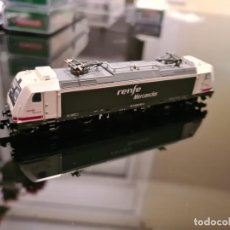 Trenes Escala: LOCOMOTORA ELÉCTRICA RENFE 253-001 OPERADORA MERCANCÍAS. Lote 243911595