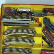 Trenes Escala: ELECTROTREN Y JYESA. ANTIGUA CAJA CON VAGONES Y VÍAS. Lote 92148450