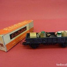 Trenes Escala: ELECTROTREN HO. VAGÓN TRANSPORTE CARGA VARIADA CON CARRETILLA. ANTIGUO. Lote 98210195