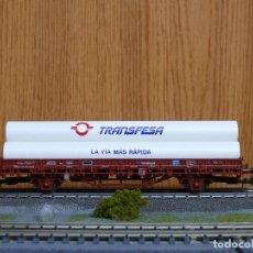 Trenes Escala: ELECTROTREN H0 VAGÓN PLATAFORMA DE TRANSFESA, CARGADO CON 3 TUBOS, REFERENCIA 1426A. Lote 114963959