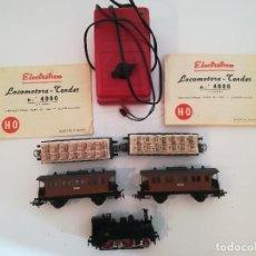 Trenes Escala: LOCOMOTORA ELECTROTREN 4000 , CUATRO VAGONES Y TRANSFORMADOR , UN VAGON CON UNA RUEDA DESCOLOCADA. Lote 208582355