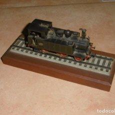 Trenes Escala: ELECTROTREN MÁQUINA DE TREN EN PEANA DE MADERA. Lote 234590090