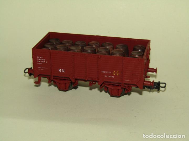 ANTIGUO VAGÓN BORDE ALTO RENFE CON 21 BARRILES TONELES EN ESCALA *H0* REF. 1922 DE ELECTROTREN (Juguetes - Trenes Escala H0 - Electrotren)