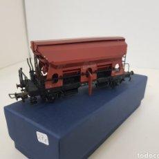 Trenes Escala: VAGÓN TOLVA DE MERCANCÍAS FLEISCHMANN ESCALA H0 DE LA DB ALEMANA MARRÓN DE 11 CM CON APERTURA MÓVIL. Lote 134183901