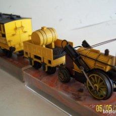 Trenes Escala: HORNBY / TRI-ANG HO FERROCARRIL R346 STEPENSON'S ROCKET CON HUMO Y SU VAGON DE PASAJERO. Lote 109892027